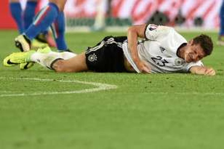 Mario Gomez mengalami cedera saat Jerman berhadapan dengan Italia pada perempat final Piala Eropa 2016, Sabtu (2/7/2016).