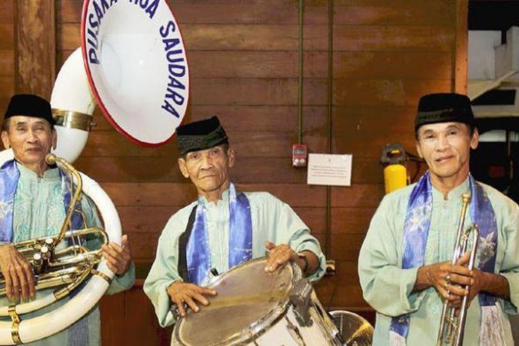 Dari kiri ke kanan, Ipong, Naih, dan Maah Piye, tiga bersaudara dari Grup Pusaka Tiga Saudara pimpinan Maah Piye.