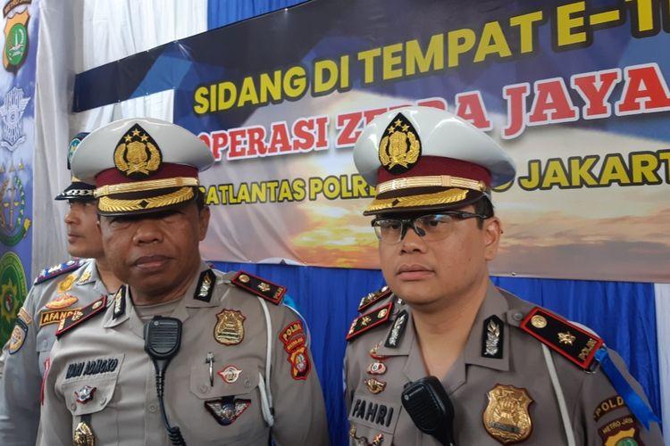 Kasatlantas Polres Jakbar Kompol Hari Admoko dan Kasubdit Gakkum Ditlantas Polda Metro Jaya Kompol Fahri Siregar di Traffic Light Tomang Raya, Jakarta Barat, Jumat (1/11/2019).