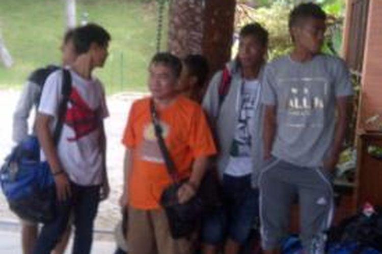 Salah satu rombongan pemain tim nasional Indonesia U-19 saat  tiba di Hotel Kusuma Agrowisata, Batu, Jawa Timur, Jumat (8/11/2013) sore.