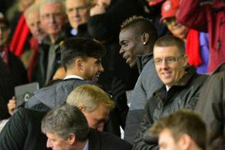 Penyerang Liverpool Mario Balotelli melihat dari tribun pertandingan Premier League antara timnya dan Stoke City, di Anfield, Liverpool, pada 29 November 2014.