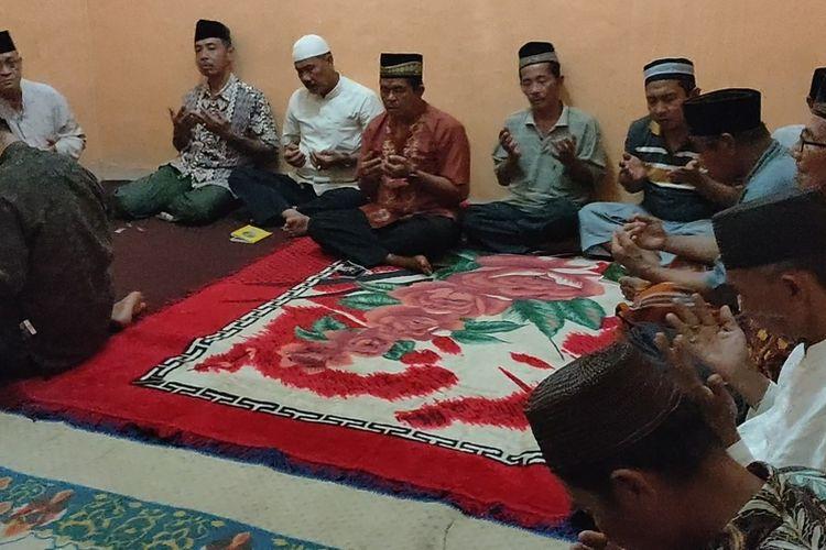 Warga Desa Sungai Pinang 2 Kecamatan Sungai Pinang Ogan Ilir Sumatera Selatan berdoa bersama memohon keselamatan bagi Indah Halima Putri dan keluarganya dalam peristiwa jatuhnya pesawat Sriwijaya Air Sabtu (10/1/2021) kemarin