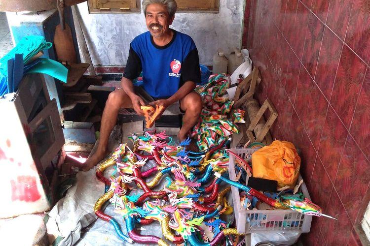 Sudarmo (54) pembuat terompet di Desa Ajibarang Kulon, Kecamatan Ajibarang, Kabupaten Banyumas, Jawa Tengah, Kamis (26/12/2019).