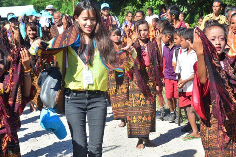 Seorang relawan asal Myanmar, May Oo Khine ikut menari Simo Imu, tarian jemput tamu di pintu gerbang perkampungan Anaranda, Desa Mautenda, Kecamatan Wewaria, Kabupaten Ende, Flores, Nusa Tenggara Timur, Senin (22/5/2017). Relawan dari delapan negara Asia Tenggara berada di desa itu untuk membangun fasilitas air minum bersih bersama dengan warga setempat.
