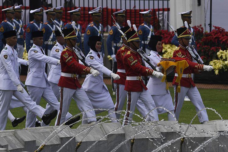 Pasukan Pengibar Bendera Pusaka (Paskibraka) membawa duplikat bendera pusaka saat Upacara Peringatan Detik-Detik Proklamasi 1945 di Istana Merdeka, Jakarta, Sabtu (17/8/2019). Peringatan HUT RI tersebut mengangkat tema SDM Unggul Indonesia Maju.