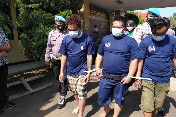 Pelaku mengenakan kaos tahanan terlihat diboyong petugas kepolisian. para pelaku ini melakukan penodongan kepada pegawai salah satu toko di Jalan Raya Bojongsoang, Desa Lengkong, Kecamatan Bojongsoang, Kabupaten Bandung, Sabtu (28/8/2021) sekitar pukul 14.00 WIB kemarin. Aksinya terekam kamera pengawas dan sempat viral di media sosial.