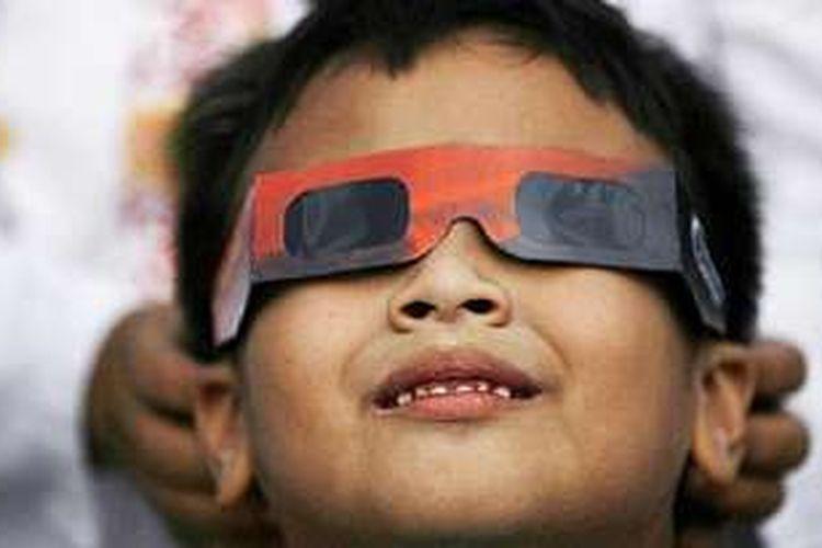 Untuk menyasikan gerhana matahari, dianjurkan untuk mengenakan kacamata pelindung khusus.