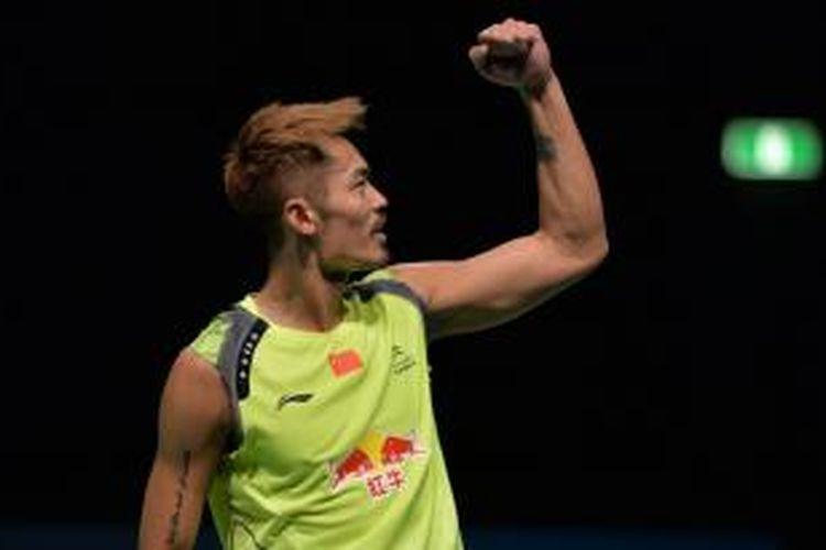 Pebulu tangkis Tiogkok, Lin Dan, merayakan kemenangan atas pemain Indonesia, Simon Santoso, pada final Australia Terbuka di Sydney, Minggu (29/6/2014). Lin Dan menang 22-24 21-16 21-7.