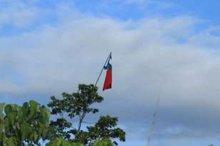 Bendera Republik Maluku Selatan dikibarkan orang tak dikenal di kawasan Halong, Kota Ambon, Maluku, Senin (25/4/2016). Pengibaran itu diduga terkait HUT RMS yang diperingati setiap 25 April.