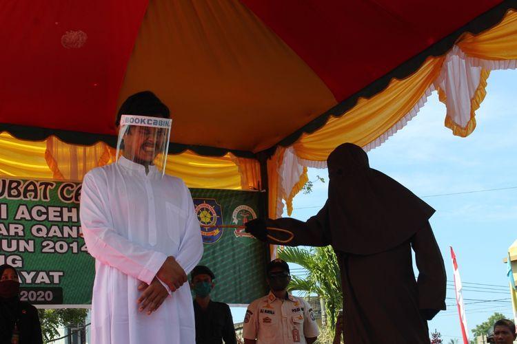 Pria berinisial MZ (26) warga Aceh Utara, dicambuk sebanyak 74 kali setelah terbukti melakukan pencabulan terhadap dua anak dibawah umur di salah satu pesantren dalam kabupaten itu, Rabu (15/7/2020).