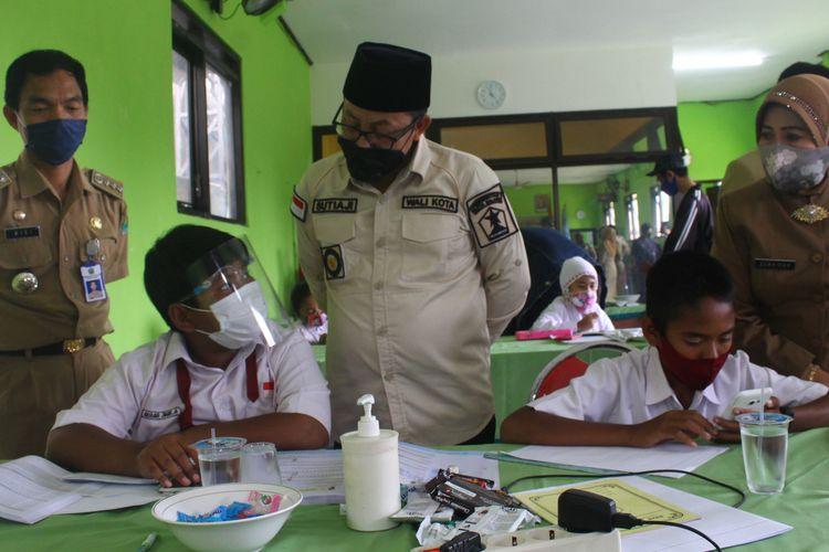 Wali Kota Malang, Sutiaji saat melihat siswa yang belajar daring dari Kantor Kelurahan Bandulan, Selasa (4/8/2020)