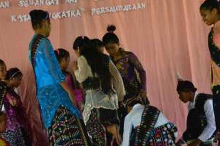Pelajar Sekolah Menengah Pertama Katolik Waemokel, Kelurahan Watunggene, Kecamatan Kota Komba, Kabupaten Manggarai Timur, Flores, Nusa Tenggara Timur, pentaskan atraksi Sanggu Alu, Selasa (9/2/2016).