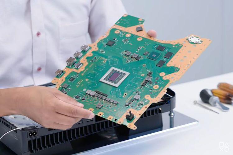 Tampilan motherboard PS5 yang tampak besar.
