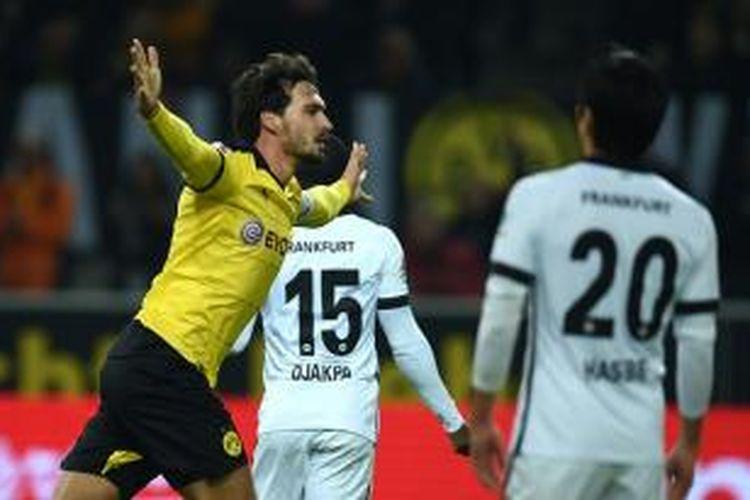 Mats Hummels rayakan gol Borussia Dortmund ke gawang Eintracht Frankfurt di Stadion Signal Iduna Park, Minggu (13/12/2015).