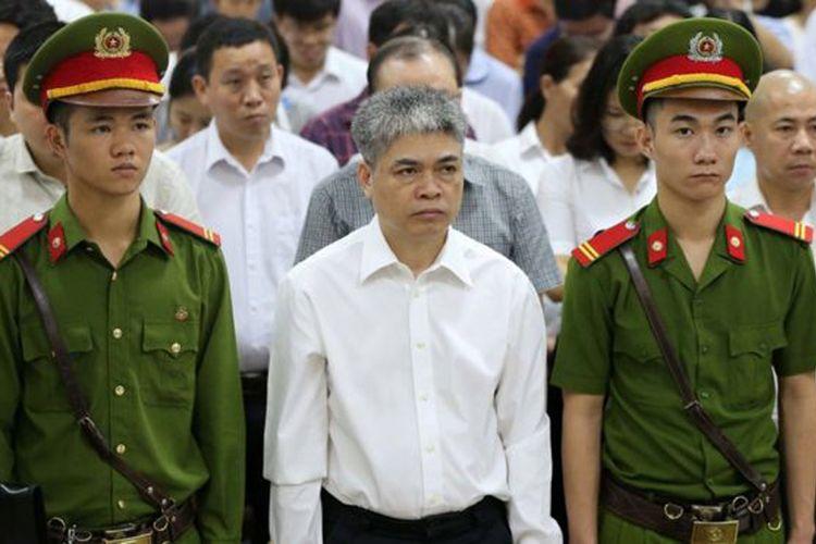 Nguyen Xuan Son -mantan bos OceanBank dan PetroVietnam- saat mendengarkan vonis hukuman mati di Hanoi.
