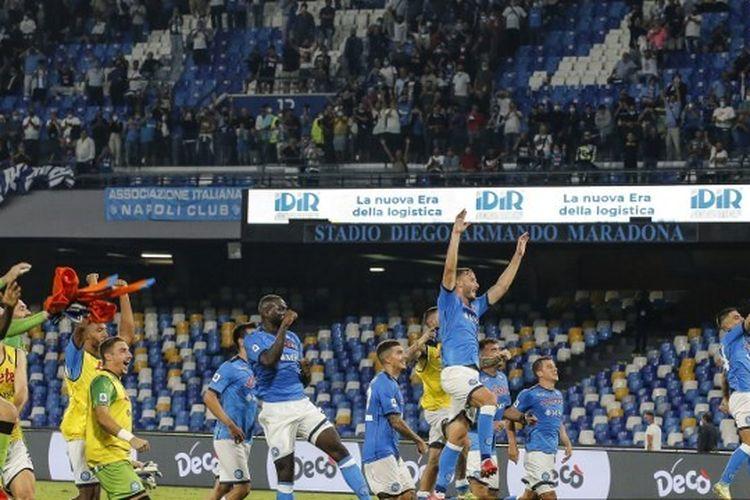 Para pemain Napoli setelah mengalahkan Cagliari pada pertandingan Liga Italia di Stadion Diego-Maradona, Minggu (26/9/2021) waktu setempat.