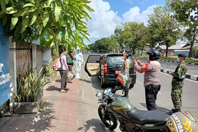 Tim gabungan Satgas Covid-19 Kota Denpasar menjemput warga untuk menjalani isolasi terpusat