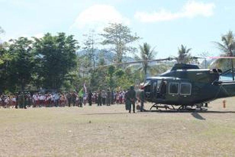Ribuan warga Kecamatan Miomafo Timur, Kabupaten Timor Tengah Utara, NTT, menonton dari dekat helikopter TNI AD yang mendarat di lapangan SD Bitefa, Senin (28/10/2013). Sejumlah warga bahkan tidak bisa menahan keharuan karena untuk pertama kali melihat helikopter.