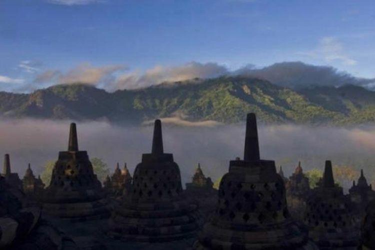 Kabut berarak di sekitar Candi Borobudur, magelang, Jawa Tengah.