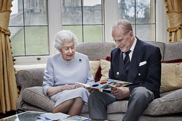 Dalam gambar yang dirilis pada Kamis 19 November 2020 ini, Ratu Inggris Elizabeth II dan Pangeran Philip, Duke of Edinburgh melihat kartu ulang tahun pernikahan yang dibuat oleh 3 cicit mereka Pangeran George, Putri Charlotte dan Pangeran Louis, anak-anak dari Pangeran William dan Kate Middleton.