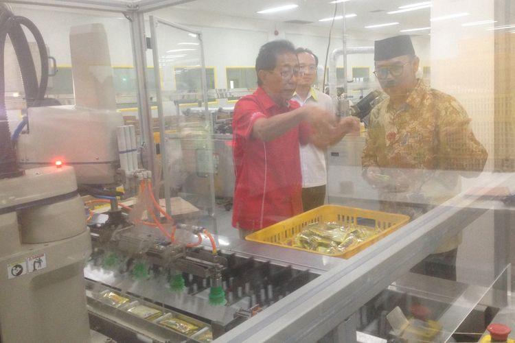 Direktur Lembaga Pengkajian Pangan, Obat-Obatan dan Kosmetika (LPPOM) Majelis Ulama Indonesia (MUI) Lukmanul Hakim, didampingi Irwan Hidayat, saat berkunjung ke pabrik jamu dan farmasi Sido Muncul, di Kabupaten Semarang, Selasa (19/3/2019).