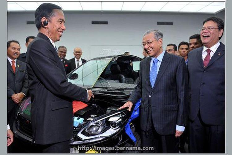 Presiden Ri Joko Widodo dan Chairman Proton Mahathir Mohammad di pabrik Proton, Malaysia.