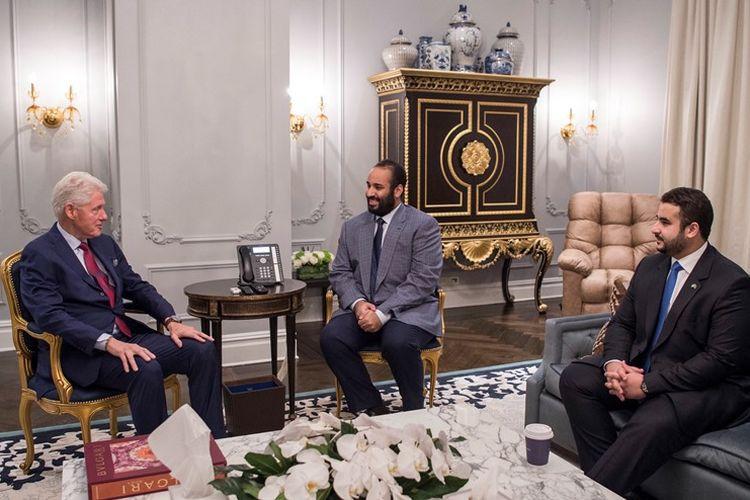 Kerajaan Saudi merilis foto pada Kamis (29/3/2018) yang menunjukkan Putra Mahkota Mohammed bin Salman (tengah) dan saudaranya, Duta Besar Saudi untuk Amerika Serikat Khaled bin Salman (kanan) bertemu dengan mantan Presiden AS Bill Clinton (kiri) di New York, AS. (AFP/Istana Kerajaan Saudi/Bandar Al-Jaloud)