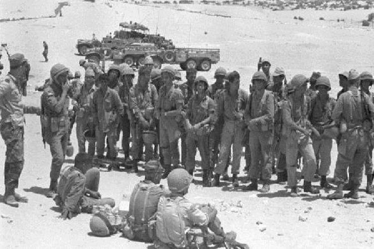Pasukan Israel beristirahat sejenak setelah melakukan serangan di Semenanjung Sinai, dalam perang enam hari 1967.