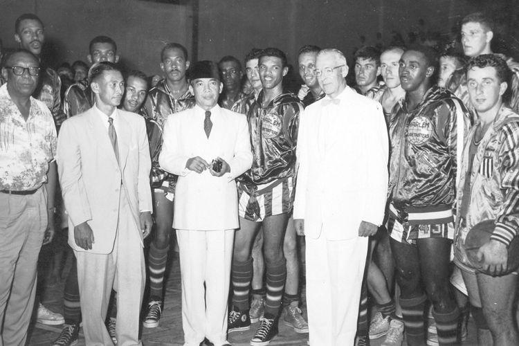 Foto tanpa tahun ini memperlihatkna Ketua PERBASI Tony Wen (dua dari kiri) mendampingi Presiden Sukarno di tengah-tengah para pemain The Harlem Globetrotters setelah selesai pertandingan bola basket yang diadakan di Gedung Olah Raga Jakarta.