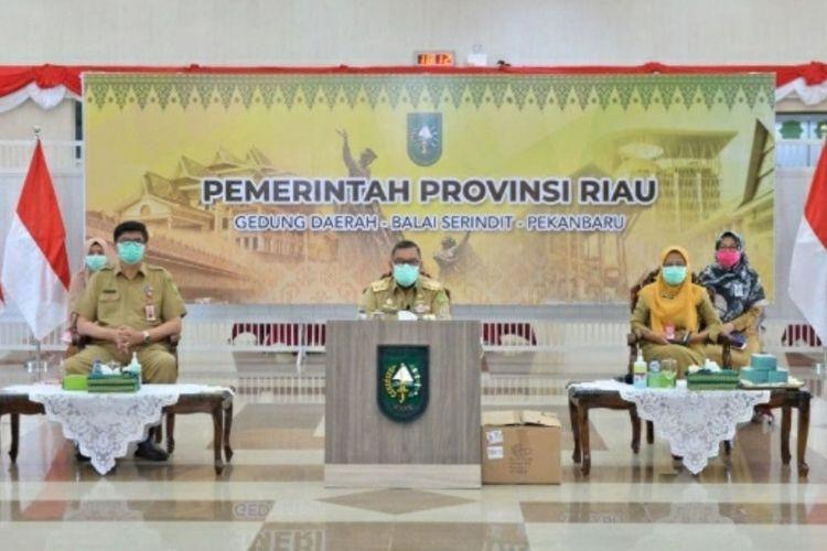 Wakil Gubernur Riau Edy Natar Nasution (tengah) saat menerima bantuan 800.000 masker dari Pemerintah Singapura via virtual di Gedung Daerah Riau di Kota Pekanbaru, Selasa (8/12/2020).