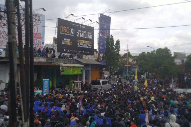 Mahasiswa Jember menggelar demo tolak UU Cipta Karya di bundaran DPRD Jember