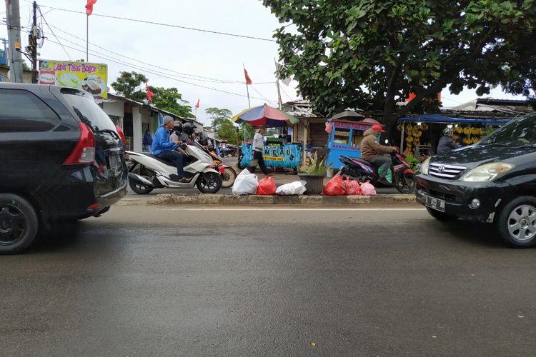 Median jalan Jalan Raden Fatah, Ciledug jadi tempat pembuangan sampah.
