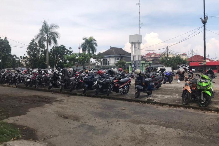 Motor hijau (ujung kanan) sudah terparkir di Stasiun Bandung sejak Januari 2020 dan hingga kini belum diambil pemiliknya.