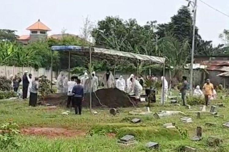 Pemakaman istri mantan Wali Kota Jakarta Barat Anas Effendi, Supriyanti, di makam tanah wakaf keluarga RW 03 Kembangan Utara, Jakarta Barat, Kamis (24/9/2020).