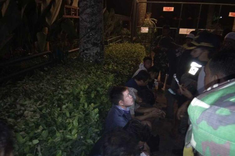Belasan lelaki yang diduga gay diamankan di Kantor Kecamatan Parung, Kabupaten Bogor, Jawa Barat, Minggu (19/4/2020).