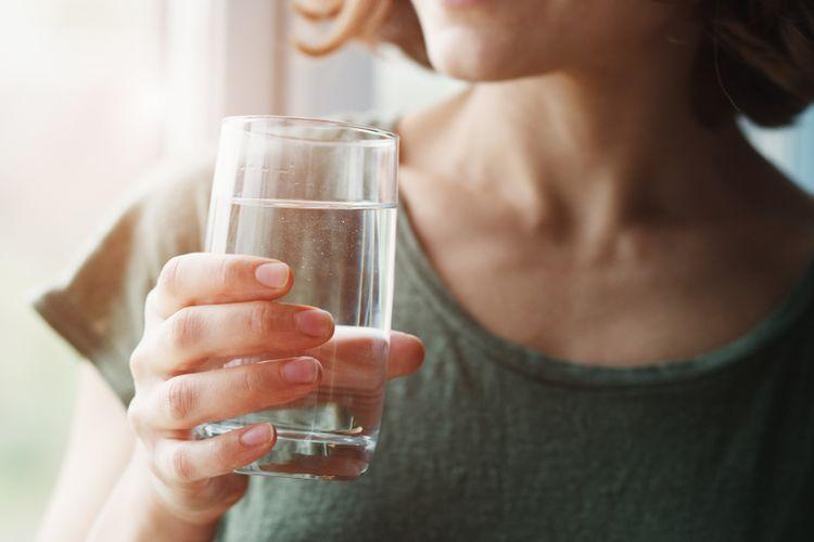 Minum air hangat di pagi hari terdengar sepele, namun kebiasaan ini ternyata memberikan manfaat kesehatan bagi tubuh kita.
