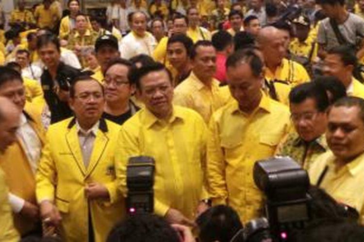 Agung Laksono (tengah) terpilih menjadi Ketua Umum Partai Golkar berdasarkan hasil pemungutan suara dalam Musyawarah Nasional IX Partai Golkar versi Presidium Penyelamat Partai Golkar di Ancol, Jakarta, Senin (8/12/2014) dini hari.