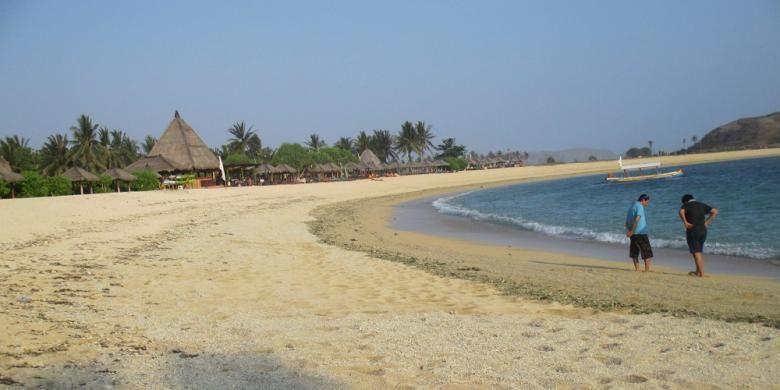 Pantai Tanjung Aan, kawasan wisata Kuta, Lombok Tengah, Nusa Tenggara Barat, memiliki area cukup lebar dan memanjang. Air lautnya jernih, berpasir putih yang cocok untuk berjemur, mandi, atau sekadar jalan-jalan. Gambar diambil pada Kamis (21/1/2016).