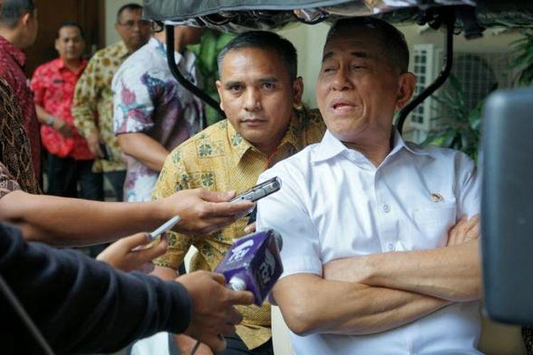 Menteri Pertahanan Ryamizard Ryacudu saat ditemui di kantor Kemenko Polhukam, Jakarta Pusat, Jumat (10/2/2017). Ryamizard menegaskan bahwa pembelian alutsista yang diatur dalam Peraturan Menteri Pertahanan (Permenhan) No. 28 tahun 2015 tentang Sistem Perencanaan Pembangunan Pertahanan Negara, tidak melanggar peraturan perundang-undangan di atasnya.