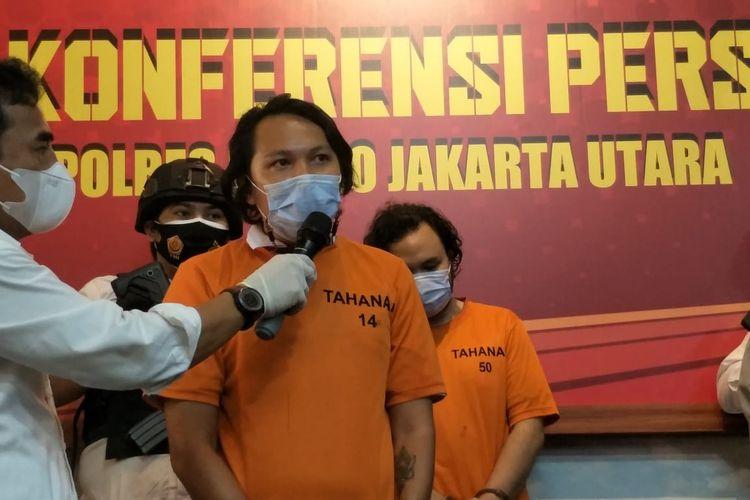 Vokalis Band Deadsquad Daniel Mardhany saat ditangkap karena penyalahgunaan narkotika di Polres Metro Jakarta Utara, Senin (3/5/2021).