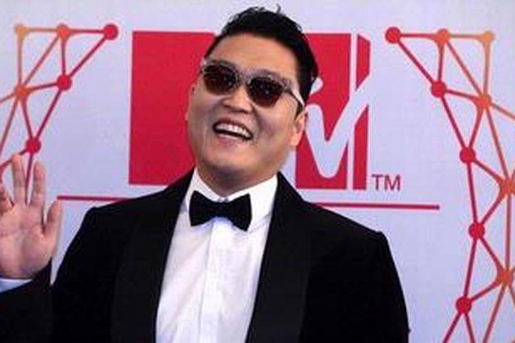 Psy tiba di Festhalle, Frankfurt, untuk tampil dalam MTV Europe Music Awards 2012, 11 November 2012 waktu setempat.
