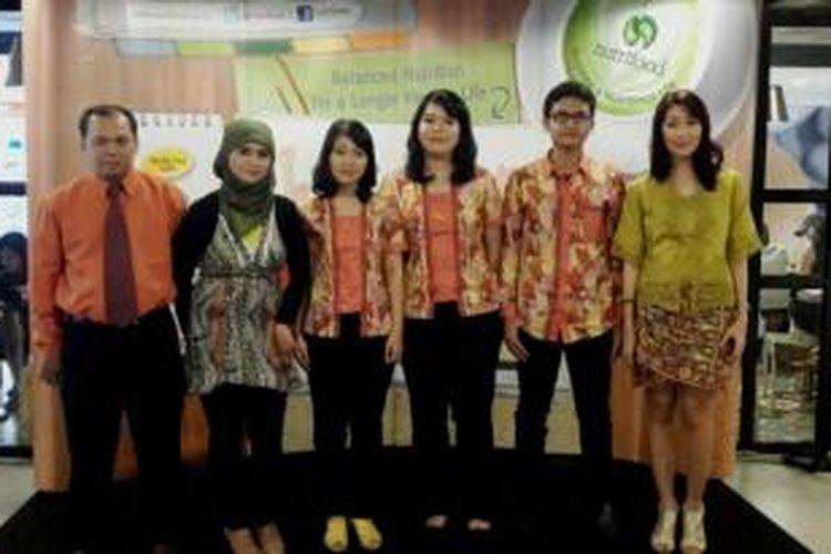 Tim mahasiswa IPB bersama dengan Dr.Feri Kusnandar dan Angelique Dewi Permatasari.
