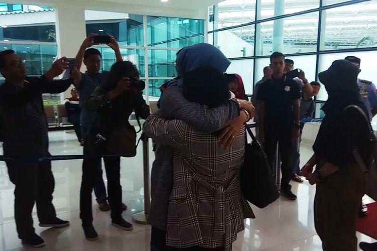 Kedatangan 7 mahasiswa asal Kalsel di Bandara Syamsuddin Noor, Kalsel usai menjalani masa observasi di Natuna Disambut suasana haru keluarga yang menjemput, Minggu (16/2/2020).