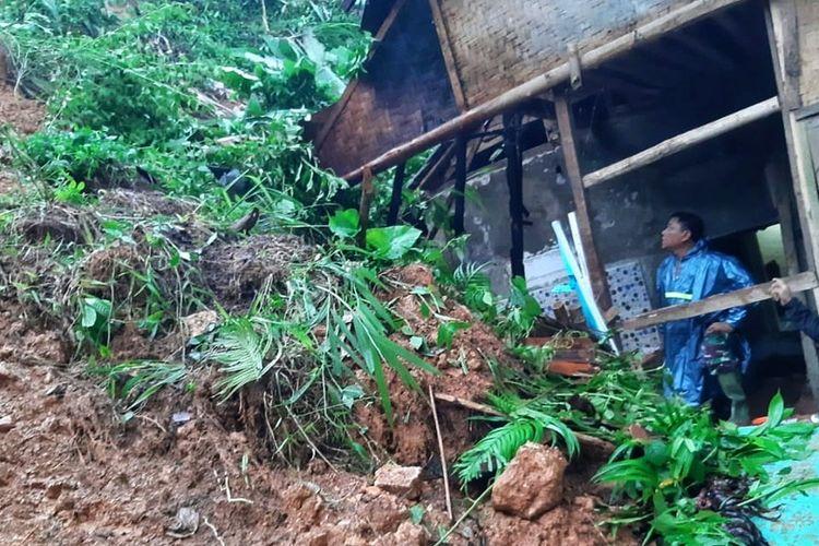 Dua petugas  mengecek lokasi bencana tanah longsor di Kampung Cikiray, Desa Sirnaresmi, Cisolok, Sukabumi, Jawa Barat, Minggu (16/2/2020).