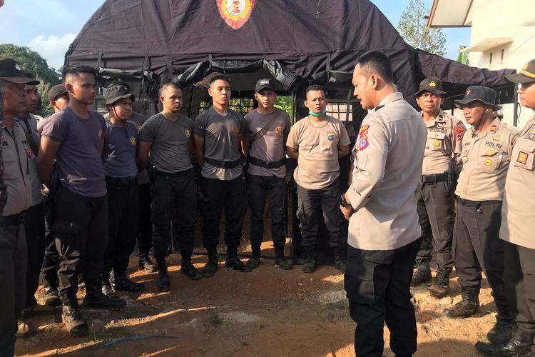 Kapolres Kotabaru, AKBP Andi Adnan memberikan pengarahan kepada anggotanya usai mendirikan tenda darurat yang dijadikan sebagai kantor sementara Polsek Pulau Sebuku, Minggu (24/11/2019).