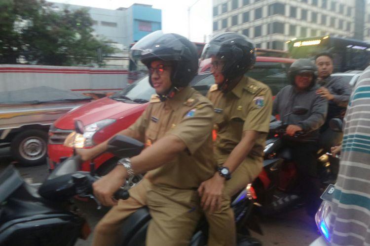 Gubernur DKI Jakarta Anies Baswedan dan Wakil Gubernur Sandiaga Uno boncengan menerobos kemacetan Mampang di sore hari, Selasa (17/10/2017).