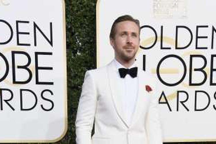 Aktor Ryan Gosling berpose di karpet merah Golden Globe Awards ke-74 di The Beverly Hilton Hotel, Beverly Hills, California, Minggu (8/1/2017).