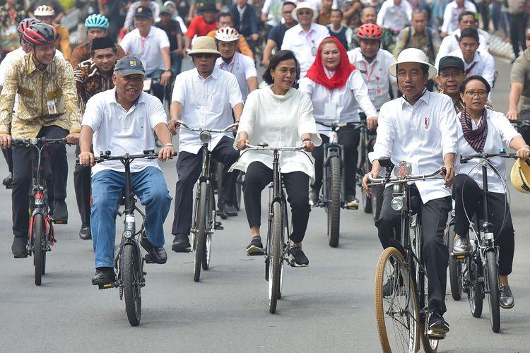 Menteri Keuangan Sri Mulyani Indrawati saat mendampingi Presiden Joko Widodo bersepeda di kawasan Semarang, Jawa Tengah, Senin (30/12/2019). (Foto: Sekretariat Kabinet)
