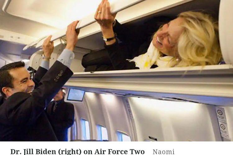 Jill Biden hace bromas a través del maletero.