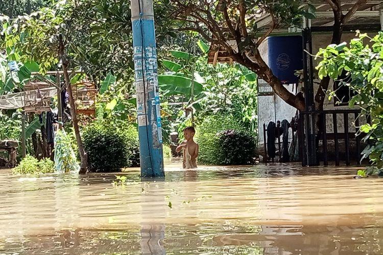 Ratusan rumah di Desa Tanjungsari, Kecamatan Sukaresik, Kabupaten Tasikmalaya, terendam banjir seusai diguyur hujan setiap harinya, Kamis (14/01/2021).